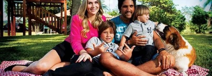 Leo Chaves,  que será pai pela terceira vez, posa junto com seu  cão