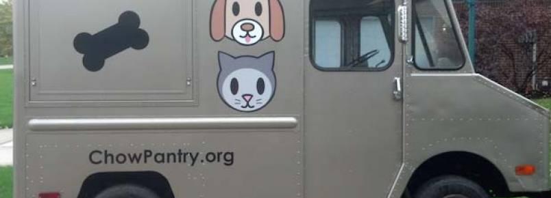 Voluntários distribuem ração em casas carentes para evitar abandono de animais