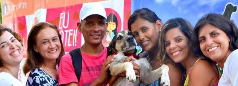Família reencontra cão perdido em feira de adoção