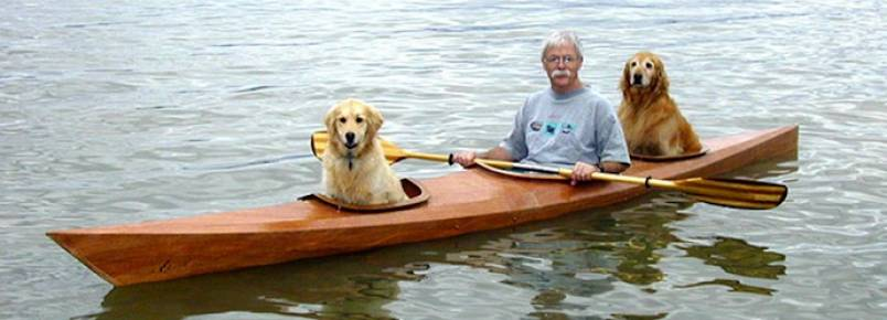 Homem constrói caiaque personalizado para levar cachorros para passear