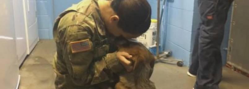 Soldado reencontra cão de sua família que achava que nunca veria novamente