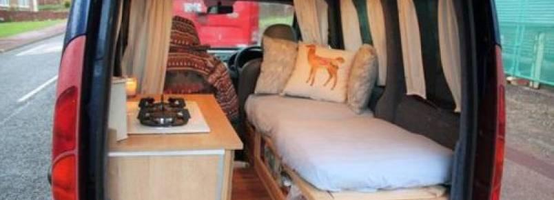 Mulher transforma van velha em trailer e viaja pelo mundo levando seu cão