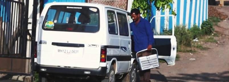 Homem poupa dinheiro durante 10 anos para comprar ambulância e ajudar animais abandonados