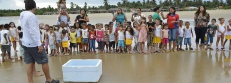 Alunos participam de soltura de filhotes de tartarugas marinha no Pontal do Peba