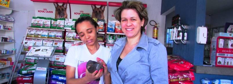 Pomba é arremessada para dentro de casa no Fênix, em Itabira (MG). Ela foi salva e levada para a Clinvet