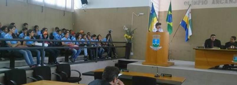 Estudantes participam de palestra sobre políticas públicas para animais