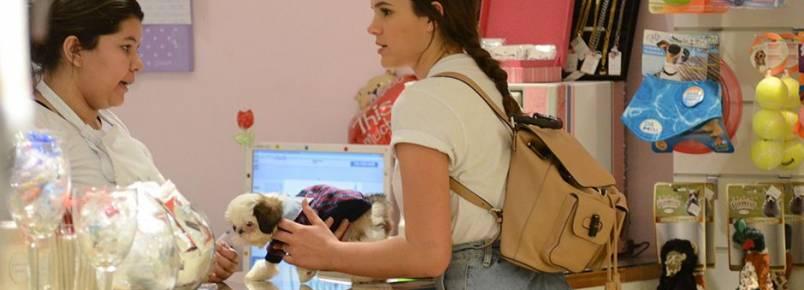 Bruna Marquezine compra cachorrinho em shopping