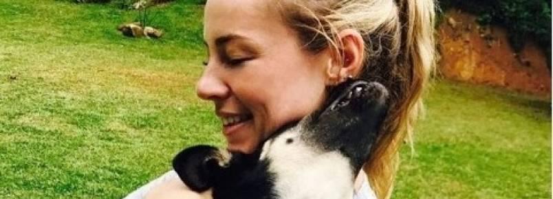 Paolla Oliveira adota novo cachorrinho e aumenta a família