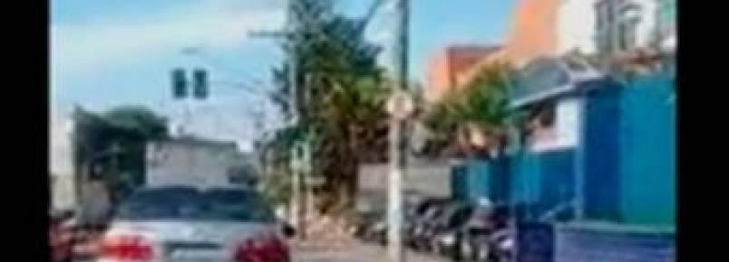 Mulher é flagrada jogando cachorro de janela de carro
