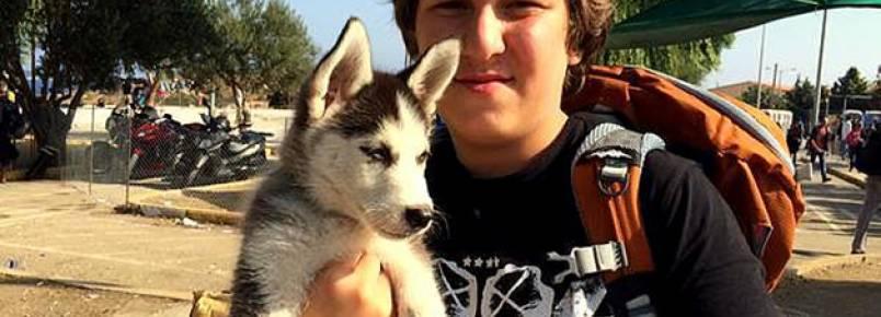 Adolescente refugiado caminhou a pé da Síria até a Grécia com cadela