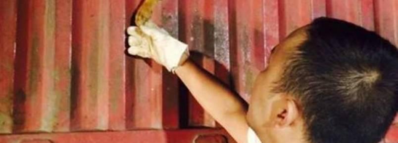 China: Cão toca carinhosamente a mão do homem que o salvou de um triste destino