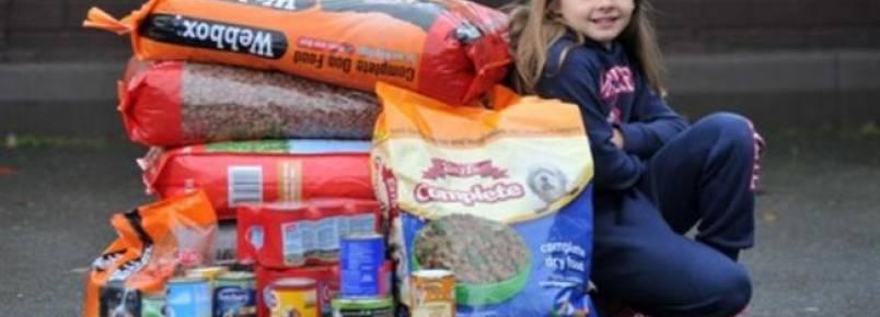 Garota pede que seus pais doem comida para cães carentes ao invés de lhe darem presente de Natal