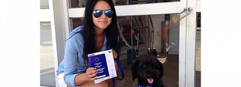 Mulher viaja o mundo para adotar cadela que a salvou
